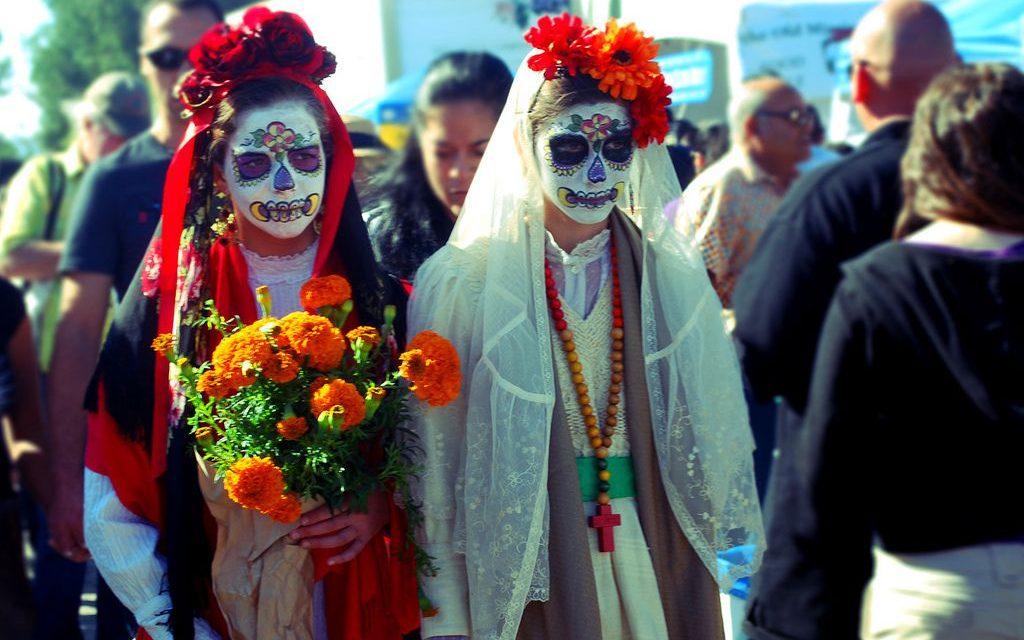 Como povos de culturas diferentes honram seus entes falecidos?